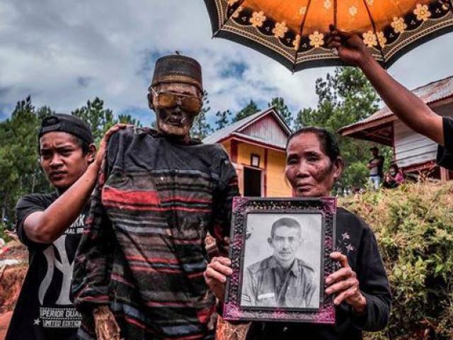 Bên trong ngôi làng của cái chết, nơi thi thể trơ xương được mặc quần áo và đi diễu hành