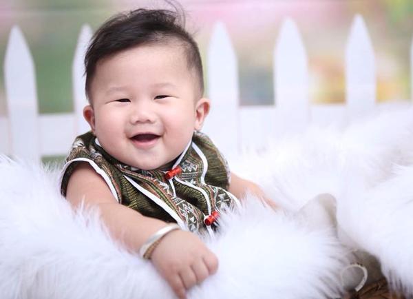 """ngoi bet choi voi dan lon con say sua, be 9 thang o dong nai bong """"noi nhu con"""" - 3"""