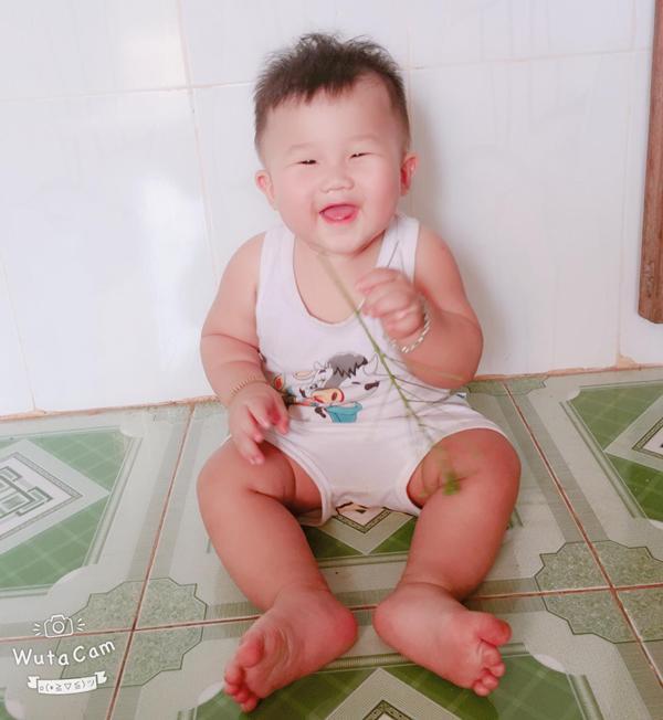 """ngoi bet choi voi dan lon con say sua, be 9 thang o dong nai bong """"noi nhu con"""" - 2"""