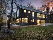 Nhà cổ biến thành biệt thự kính giữa rừng đẹp như cổ tích