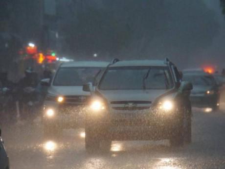 Giữa ban ngày, Sài Gòn bỗng tối sầm vì mưa lớn, người dân bật đèn di chuyển trên đường