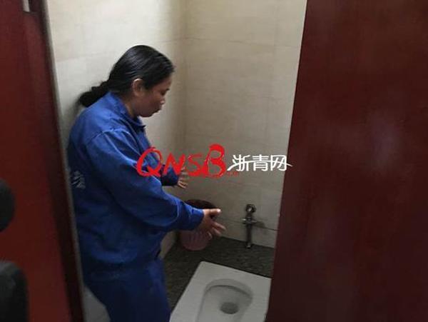 Không tiền, không người thân, mẹ đẻ rơi con trong nhà vệ sinh công cộng khiến ai cũng xót xa