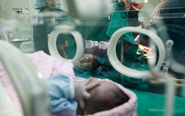 Khoảnh khắc đắt giá mẹ tươi rói trong lần đầu gặp con mới sinh