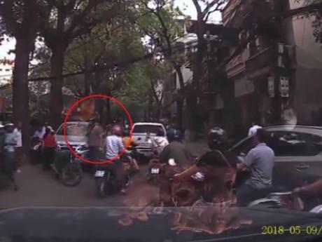 Đi vào đường cấm, ôtô bị ông Tây đấm vỡ kính giữa Hà Nội