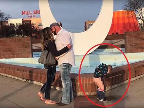 """Bố đang cầu hôn mẹ, con trai 3 tuổi bỗng trở thành tâm điểm vì làm hành động """"bá đạo"""""""