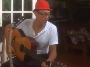 Hậu ồn ào, bắt gặp Rocker Nguyễn ngồi vừa hát, vừa đàn ở Côn Đảo