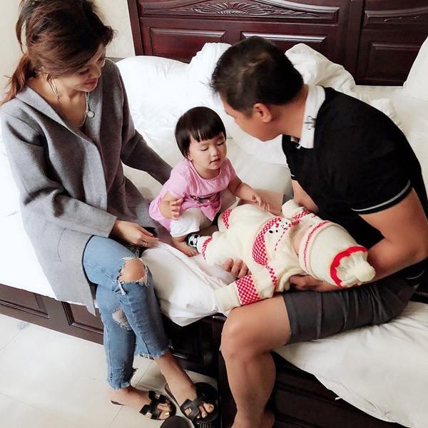 Sau nhiều năm giấu kín, Hoa hậu Oanh Yến công khai ảnh chồng bên các con