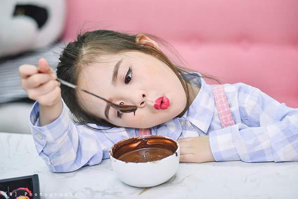 Bé gái 6 tuổi đốn tim dâng mạng với hàng nghìn biểu cảm siêu dễ thương