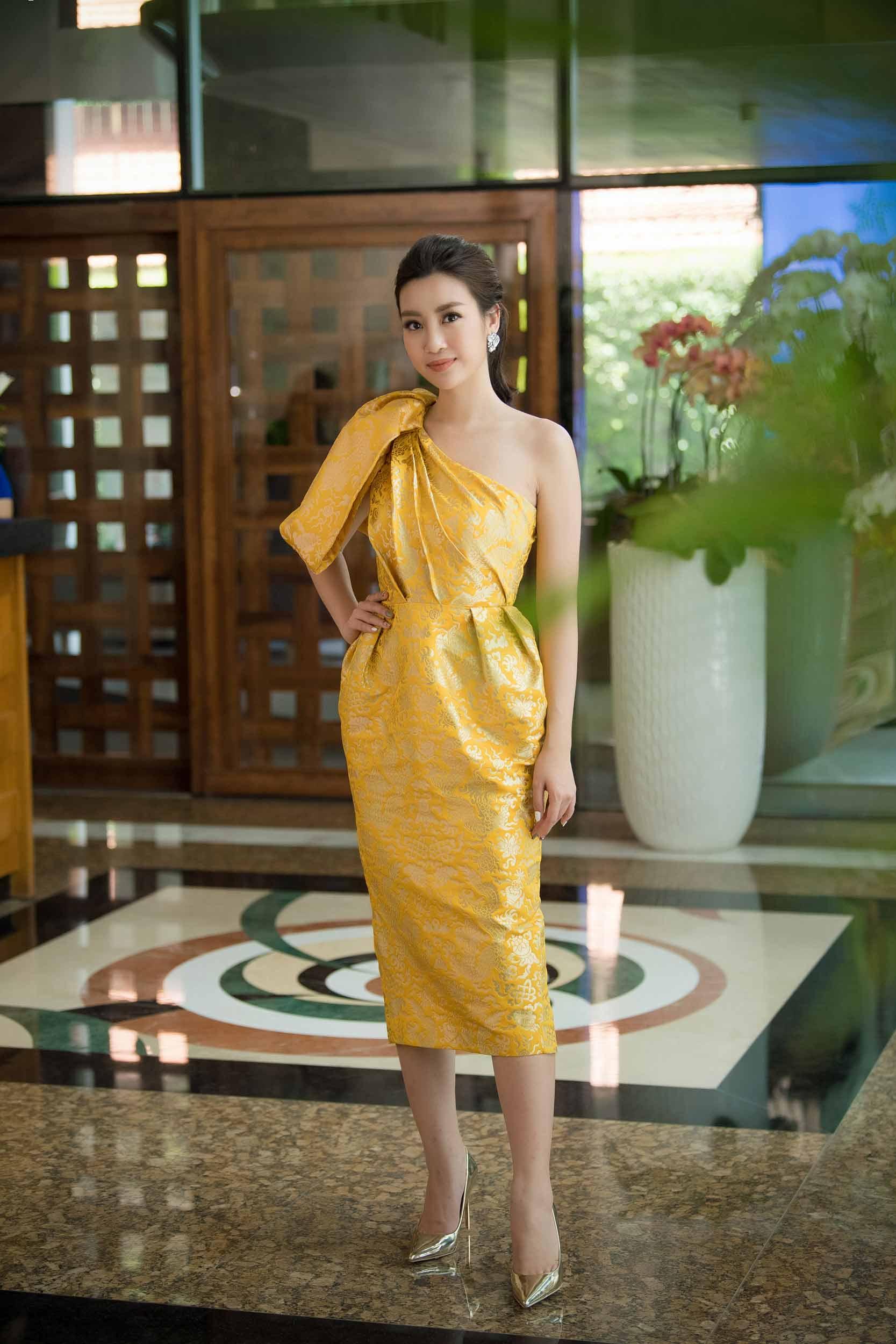 "chiec vay ""rong vang"" giup do my linh toa sang tai so khao hoa hau viet nam 2018 - 3"