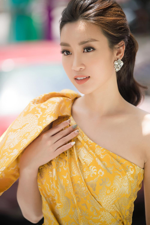 "chiec vay ""rong vang"" giup do my linh toa sang tai so khao hoa hau viet nam 2018 - 2"