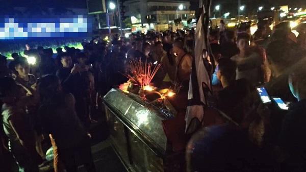 Vụ 2 nữ sinh tử vong ở Hưng Yên: Người thân mang quan tài đến trụ sở công an 2
