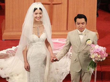"""Bên nhau 9 năm, cuối cùng """"Chú lùn TVB"""" cũng có con với cô vợ Hoa hậu cao 1m75"""
