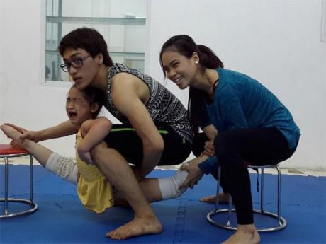 Dancesport nhí với bảng huy chương dày đặc và những tháng ngày ép chân trong căn nhà trọ 12m2