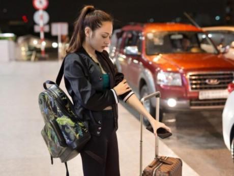 """Bảo Anh mặt mộc kém xinh ở sân bay, nhưng biểu tình """"hờn dỗi"""" fan lại siêu đáng yêu"""