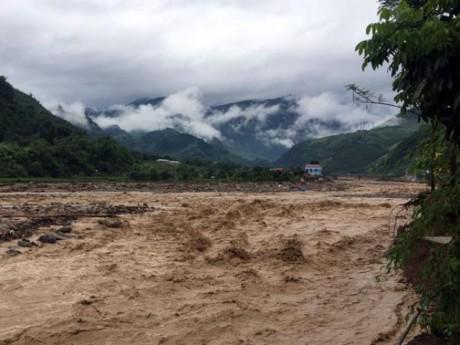 Cận cảnh: Mưa lớn nhiều ngày, lũ đổ thành thác nước ở Sơn La