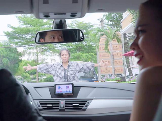 Biến căng của Gạo Nếp Gạo Tẻ: Chồng chở bồ trên ô tô, vợ liều mạng lao ra chặn đầu