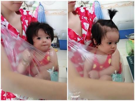 Con gái quấn không rời, mẹ bỉm sữa đành cho vào túi nilon đeo lủng lẳng trước ngực