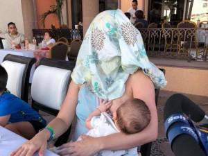 """Bị nhắc che ngực khi đang cho con bú ở nhà hàng, người mẹ hành động vô cùng """"bá đạo"""""""