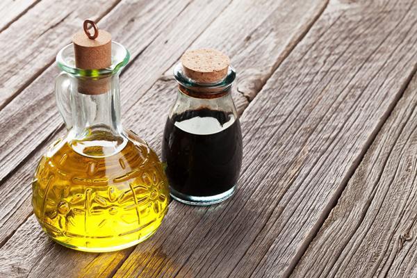 làm sạch bếp gas bằng dầu ăn